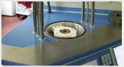 ドイツの鍛造メーカーであるフィッシャー・FISCHERの製造過程の圧着