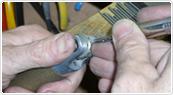ドイツの鍛造メーカーであるフィッシャー・FISCHERの製造過程のダイヤモンドのセッティング