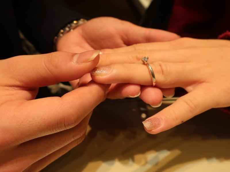 プロポーズの時の指輪をはめる瞬間