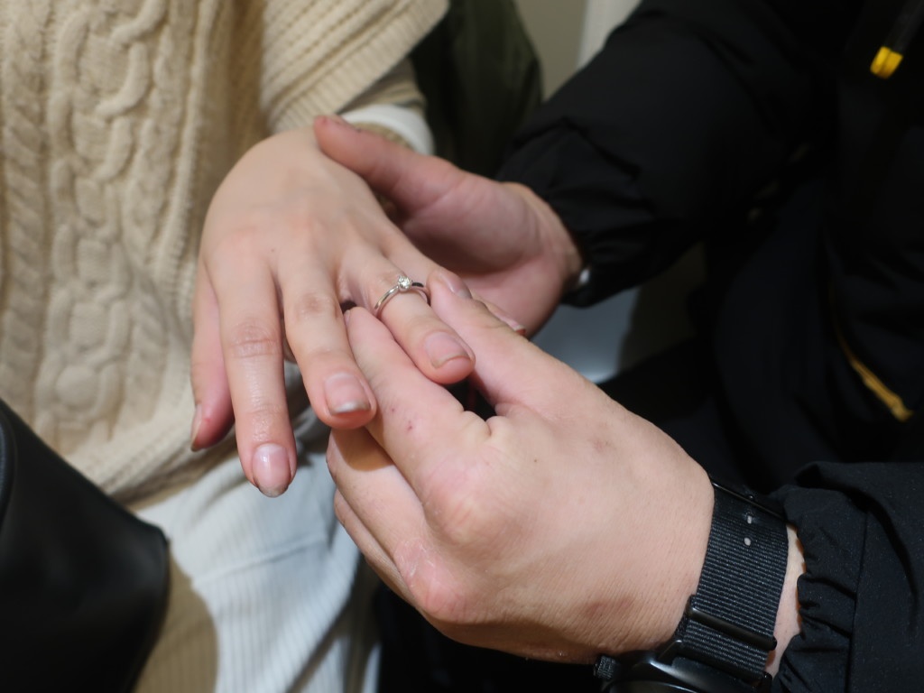 プロポーズで指輪をはめる瞬間