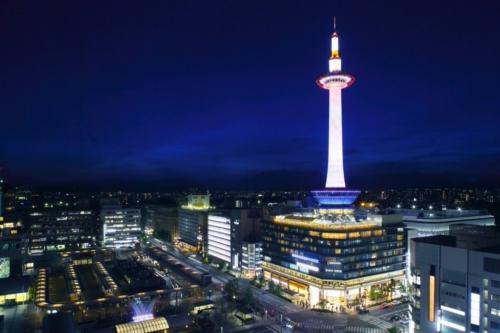 京都のプロポーズスポットで京都タワーの夜のイメージ